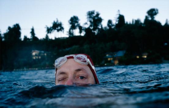 Allan Sekula - Dear Bill Gates, 1999 - Photo représentant un homme presque totalement immergé dans l'eau avec la côte en fond